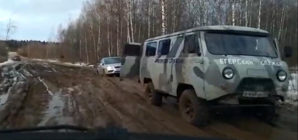 Из превратившихся в грязь дорог Кимрского района машины вытаскивают УАЗиком | Видео