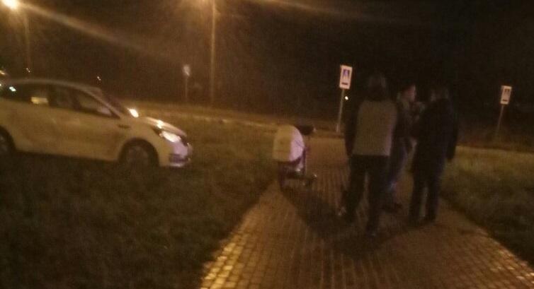 ВТвери автомобиль натротуаре сбил коляску сшестимесячным сыном
